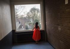 Photo: Dirk-Jan Visser / Musselkanaal - The Netherlands / 10-03-2016: De familie Abd Al Molah uit Damascus / Syrie hebben inmiddels een status, maar wonen in afwachting van een huis in Amersfoort nog op het AZC in Musselkanaal.  Op de foto: Tala Abd Al Molah (5) in de gang voor de kamer