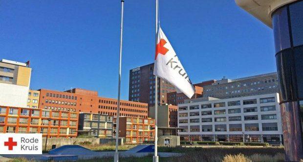 Vlag halfstok Rode Kruis - Humanity House