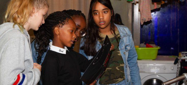 Kinderen gaan door museum Humanity House tijdens lancering digiles van Unicef: 'Kinderen op de Vlucht'