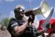De machtsverschuiving naar Zuiderlijke NGOs vrouw luidspreker